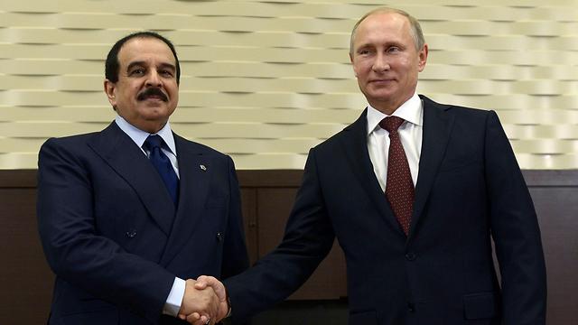 מנהיג מדינה ליברלית וסובלנית? מלך בחריין אל-חליפה עם נשיא רוסיה פוטין  (צילום: רויטרס)