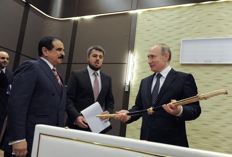 Bahreyn Kral, Putin'e kl hediye etti