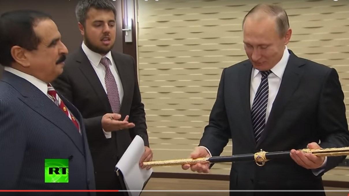 Nguyên thủ Nga - Bahrain trao đổi quà ngựa chiến và kiếm sắc - ảnh 1